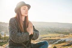 女孩实践瑜伽或凝思 免版税库存照片