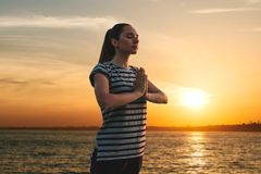 女孩实践瑜伽或凝思 免版税图库摄影