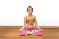 女孩实践瑜伽 库存照片