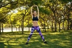 女孩实践的体育在公园 库存照片