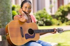 女孩实践的吉他 库存照片