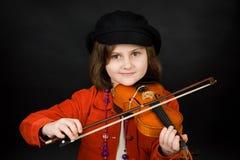 女孩实践的小提琴 免版税库存照片