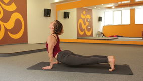 女孩实践的瑜伽年轻人 影视素材