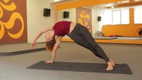 女孩实践的瑜伽年轻人 股票视频