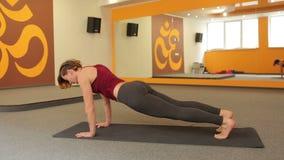 女孩实践的瑜伽年轻人 股票录像