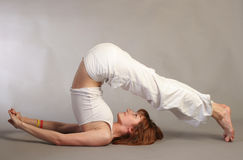 女孩实践的瑜伽 库存图片