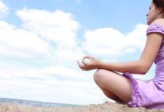 女孩实践的瑜伽 免版税图库摄影