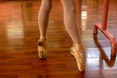 女孩实践的芭蕾 免版税图库摄影