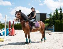 女孩实践的马骑术 库存图片