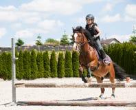 女孩实践的马骑术 免版税图库摄影