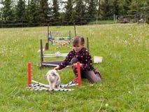女孩实践跳与兔宝宝 免版税库存照片