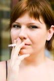 女孩室外纵向烟 免版税库存照片