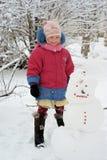 女孩室外雪人 库存图片