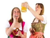 女孩害怕关于阵雨用啤酒 免版税库存照片