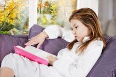 女孩家庭作业读取 免版税库存图片
