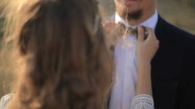女孩对她的恋人调整领带babaochku 影视素材