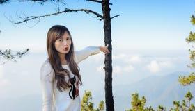 女孩对山的观点 免版税库存照片