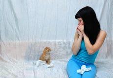 女孩对猫是过敏的 免版税库存图片
