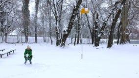 女孩对篮球篮的投掷雪球 雪戏剧比赛在冬天 股票录像