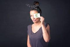 女孩对负纸与绿色美元的符号 库存图片
