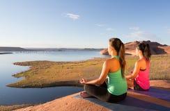 女孩对Yoga湖鲍威尔 免版税库存图片