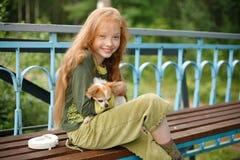 女孩小狗微笑的年轻人 免版税库存图片