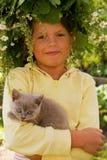 女孩小猫一点 免版税图库摄影