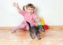 女孩小猫作用 免版税图库摄影