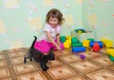 女孩小猫作用 免版税库存图片