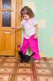 女孩小猫作用 库存照片