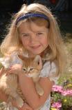 女孩小猫桔子 免版税库存图片