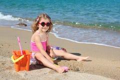 女孩小的使用的太阳镜 库存照片