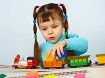 女孩小的使用的学龄前儿童铁路玩具 免版税库存照片