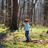 女孩小的使用的森林 库存图片