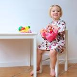 女孩小的使用的玩具 免版税库存图片