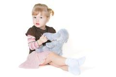 女孩小的兔子玩具 免版税库存图片