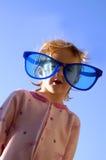 女孩小的太阳镜 免版税库存照片