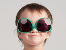 女孩小的太阳镜 免版税库存图片