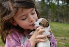女孩小的小狗 免版税库存照片