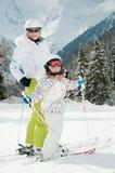 女孩小的母亲滑雪 免版税图库摄影