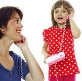 女孩小的母亲电话 免版税图库摄影