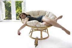 女孩小睡的视窗 免版税图库摄影