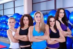 女孩小组在健身中心 免版税库存图片