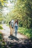 女孩少年和白马在一个公园在一个夏天 免版税库存图片