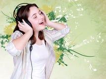 女孩少年耳机的纵向 免版税库存照片