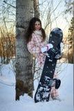 女孩少年藏品的雪板 免版税库存照片