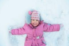 女孩少许位于的雪 免版税库存照片