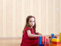 女孩少许使用的纵向玩具 免版税库存图片
