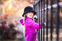 女孩少许公园纵向 一个孩子的画象在秋天公园 免版税库存照片