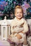 女孩少许冬天 儿童微笑 逗人喜爱的孩子 库存图片